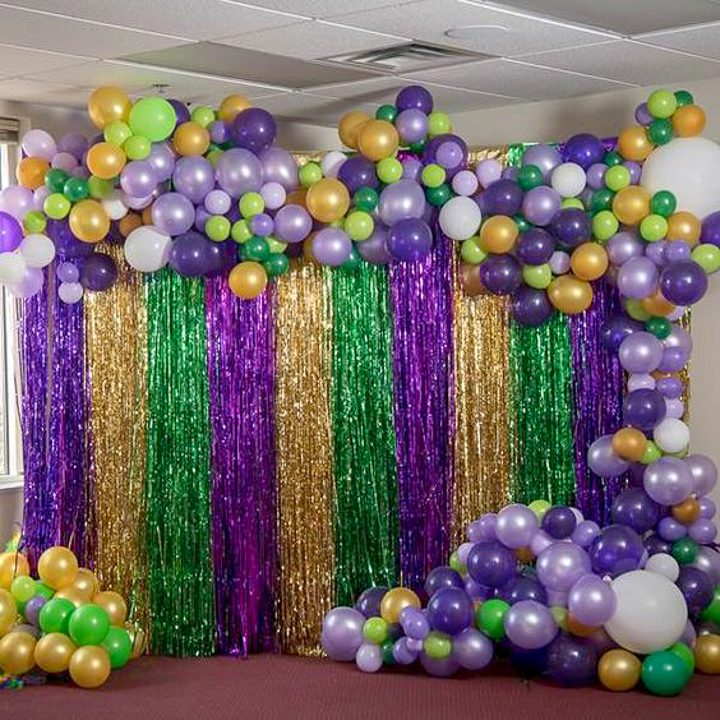 Mardi Gras garland made of balloons
