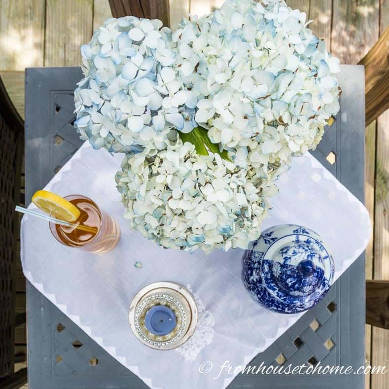 10 Creative Summer Party Ideas for easy entertaining | If you don't have a lot of time to spend decorating your backyard, these creative summer party ideas are fast and easy to do but still look beautiful.