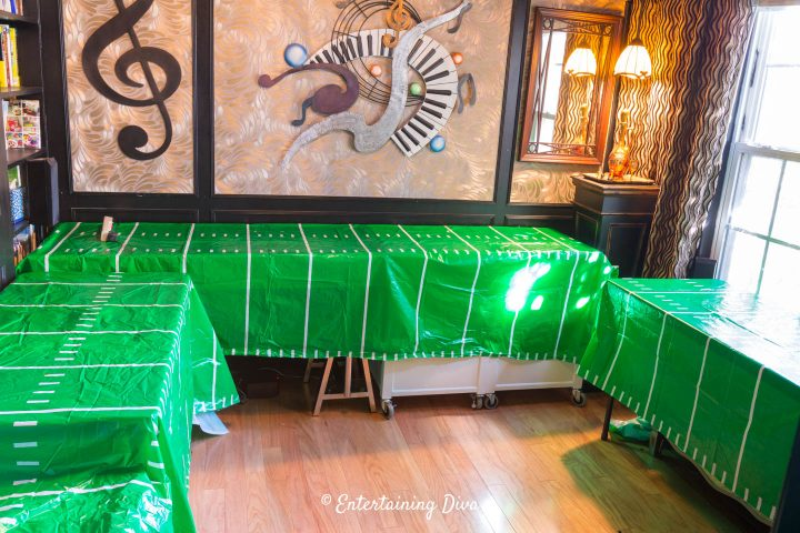U-shaped buffet tables with matching table cloths