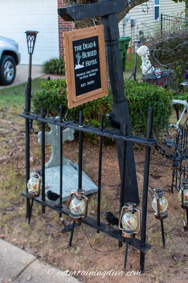 DIY Halloween fence around the haunted hotel sign post
