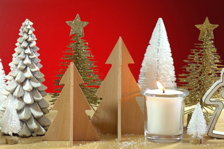Christmas table centerpiece made from bottlebrush trees and other small tree decorations ©millefloreimages - stock.adobe.com