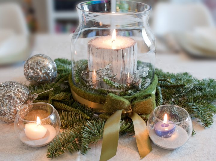 Woodland Christmas centerpiece mad with faux wood candle and evergreen branches ©winston - stock.adobe.com