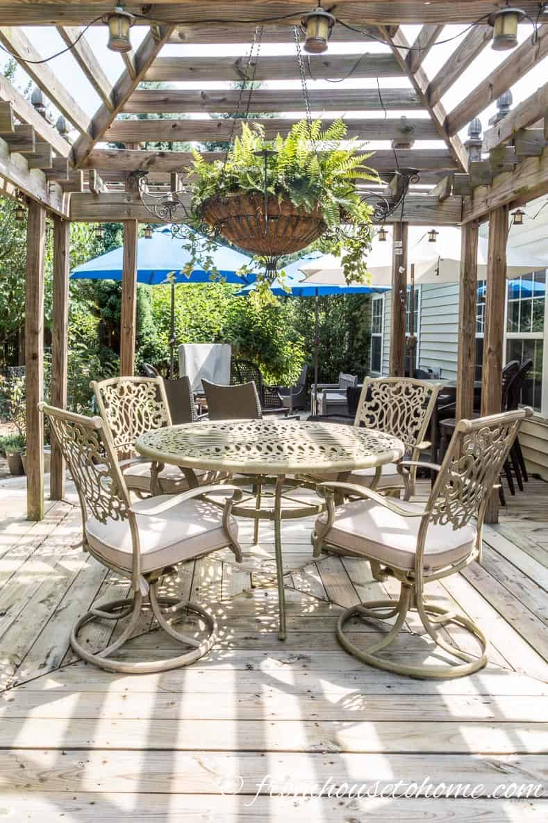 Outdoor dining room | How To Make a Cozy Outdoor Living Space | If you want some ideas for making a zen outdoor living space, these easy tips will help you create an area that is cozy and relaxing.