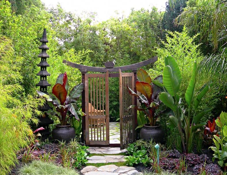 Japanese inspired garden entrance, via zeterre.com