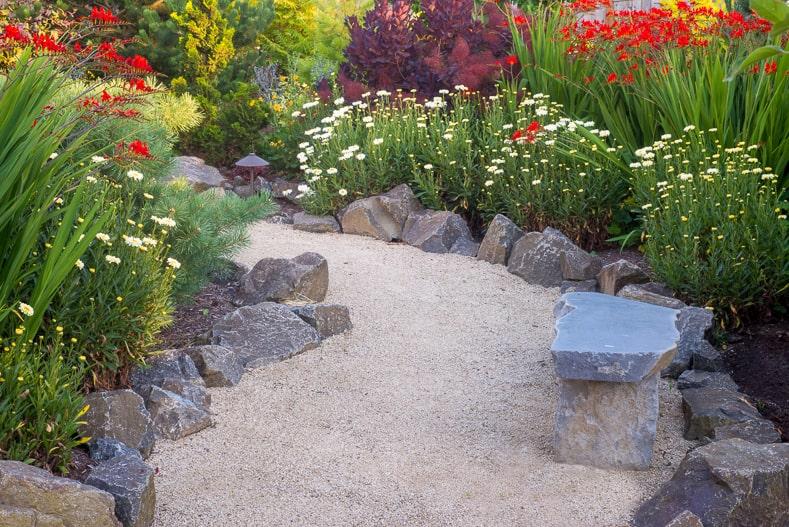 Gravel garden path edged with rocks | © Jamie Hooper - stock.adobe.com