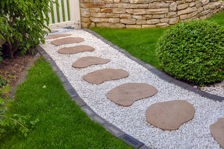 Gravel garden path with stepping stones | © Kalle Kolodziej - stock.adobe.com