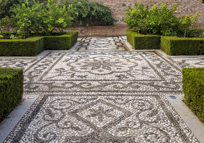 Pebble Mosaic garden path | © Downunderphoto - stock.adobe.com