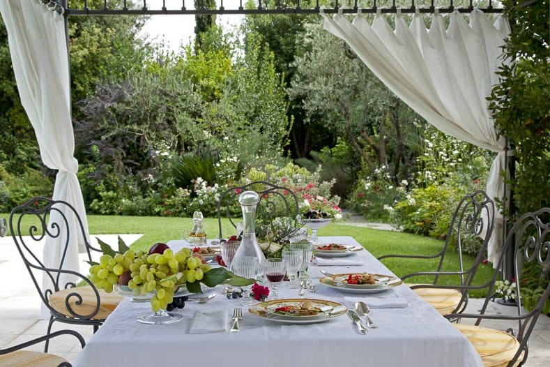 Private garden with brunch table ©#moreideas - stock.adobe.com