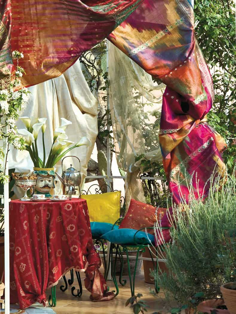 Romantic curtains provide privacy for a secret garden table ©#moreideas | stock.adobe.com