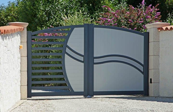 Modern garden gate in grey ©hcast - stock.adobe.com