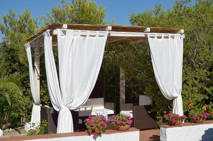 Curtains as a privacy screen on a pergola ©africa - stock.adobe.com