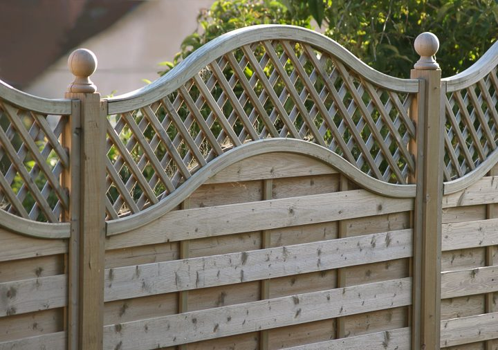 Privacy fence with horizontal wood slats and a curved lattice top ©jacquimoo - stock.adobe.com