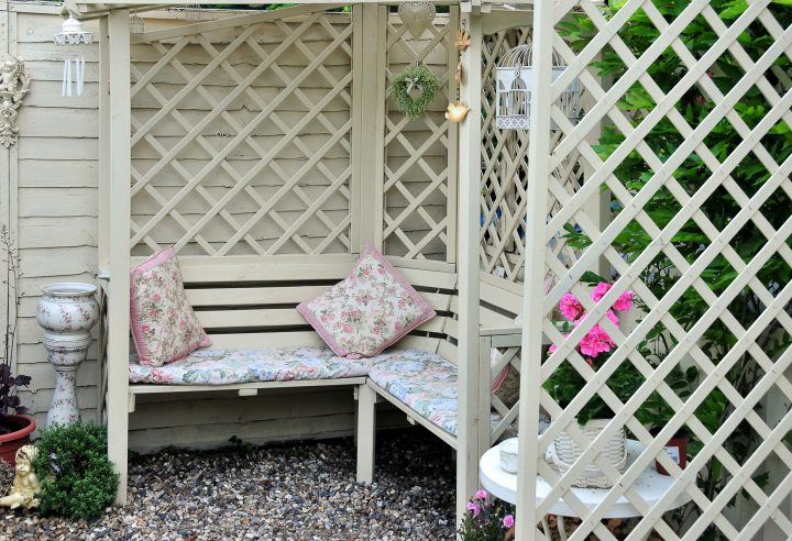 Patio bench surrounded by lattice privacy screen ©claireliz - stock.adobe.com
