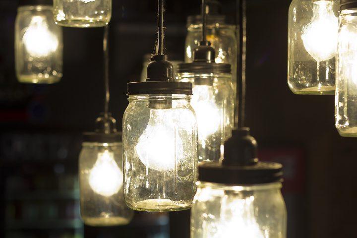 Outdoor mason jar lights ©Ezume Images - stock.adobe.com