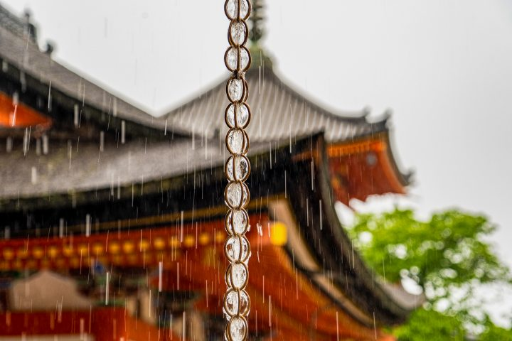 Rain chain with water running down with a Japanese house in the background ©阿部 純也 - stock.adobe.com