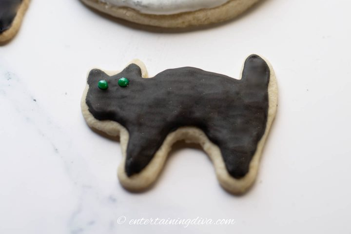 The finished black cat sugar cookie.
