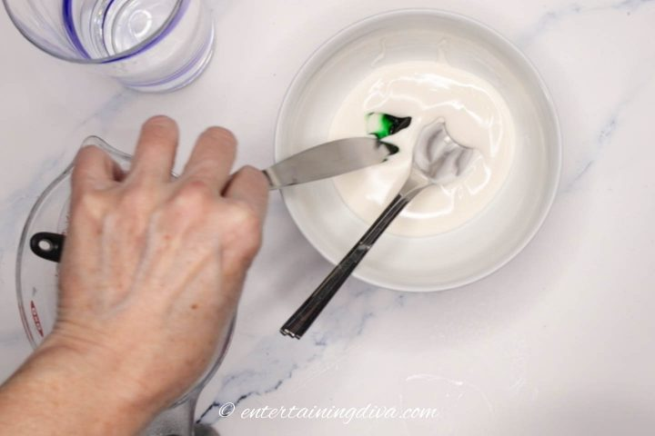 How to add green gel food coloring to white royal icing