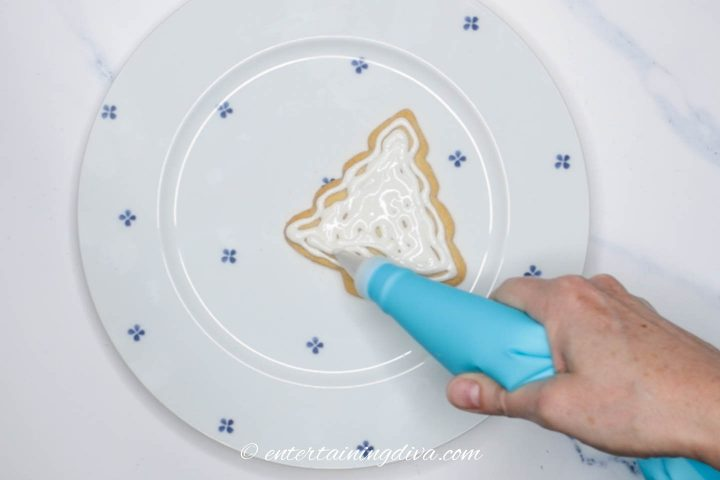 How to flood the Christmas tree cookies with royal icing