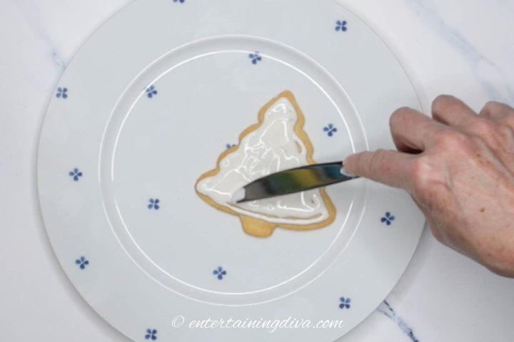 How to fill in royal icing gaps on Christmas tree cookies