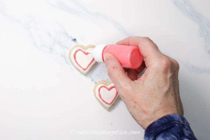How to put icing on a cookie using a writing piping bottle
