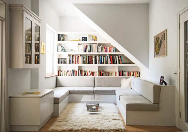 Small living room with built-in shelves and seating area - Photo by Alex Findlater Ltd
