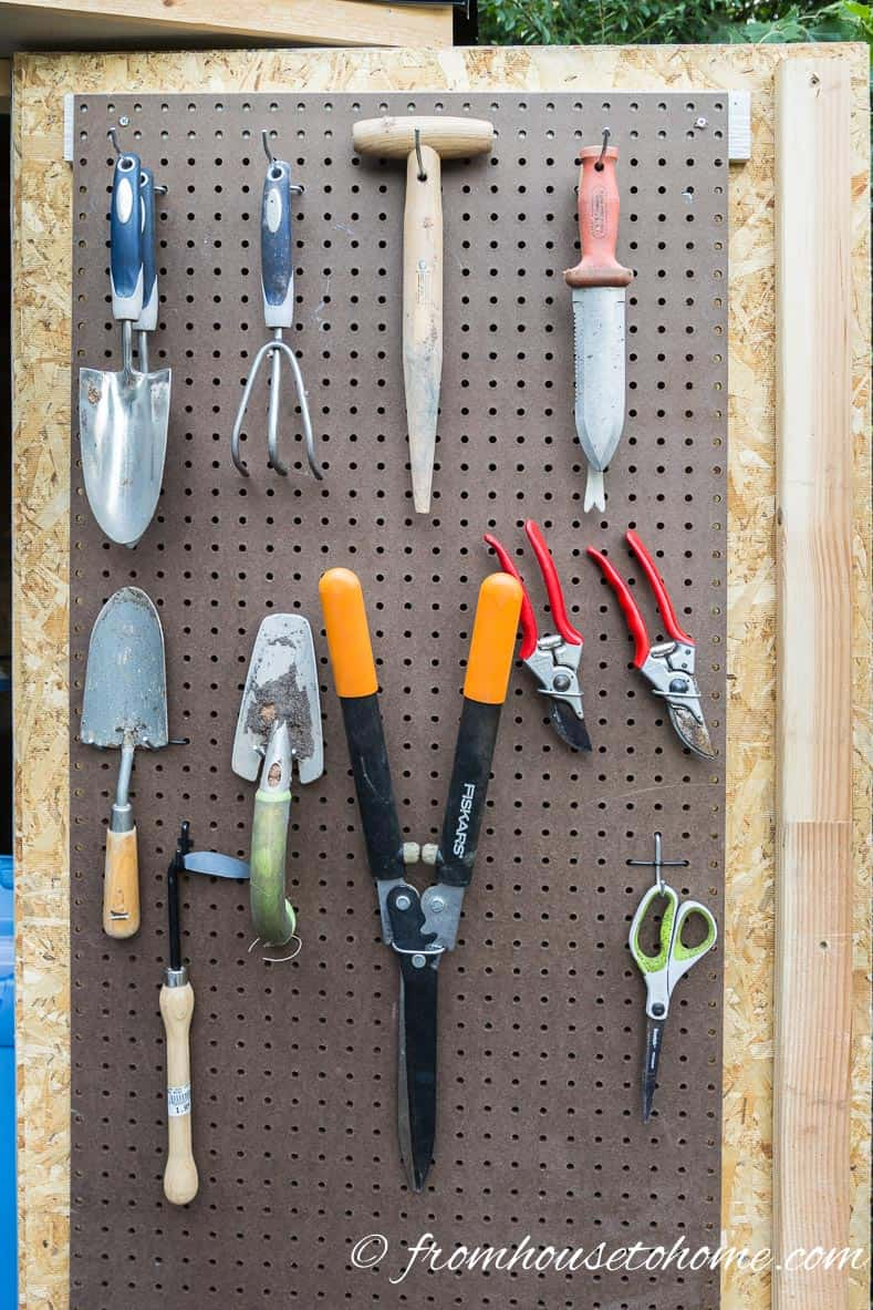 8 easy and inexpensive ways to organize garden tools for Tools for backyard gardening