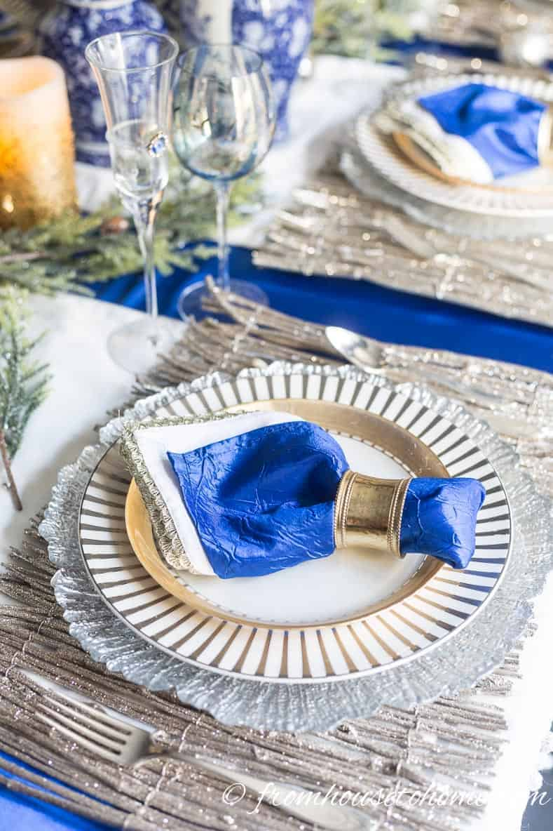Blue, white and gold table | Blue and White Christmas Home Decorating Ideas