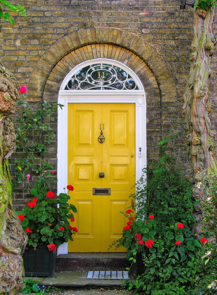 Mustard yellow door ©Kasia Gryniewicz - stock.adobe.com