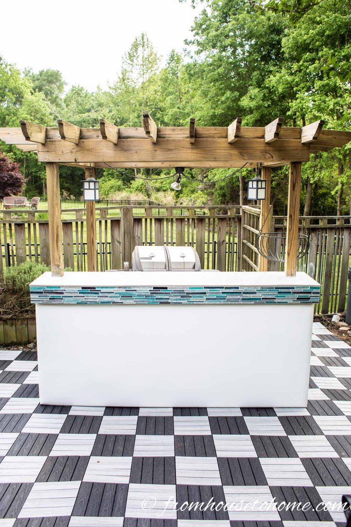 Palm beach chic outdoor bar with white porcelain tile countertop and turquoise mosaic tile accents