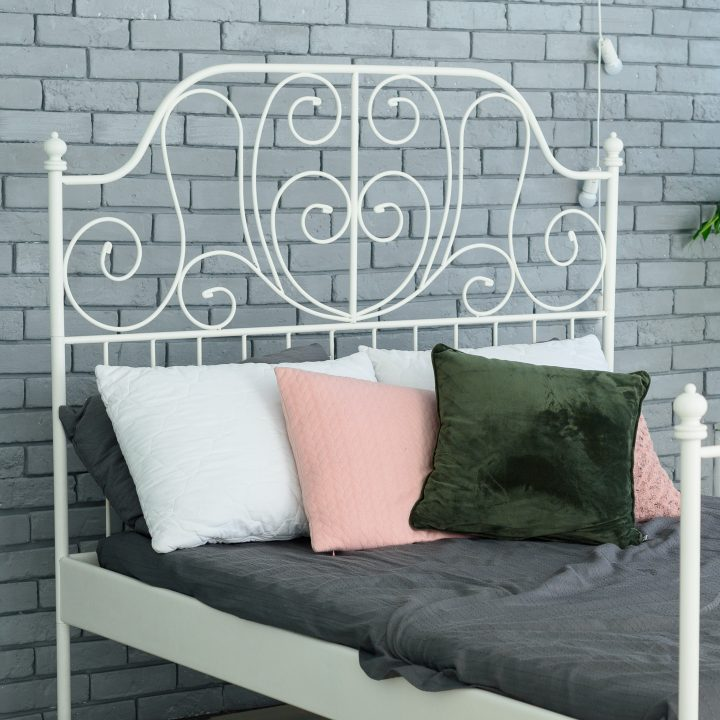 Bed with white metal bed frame ©mirage_studio - stock.adobe.com