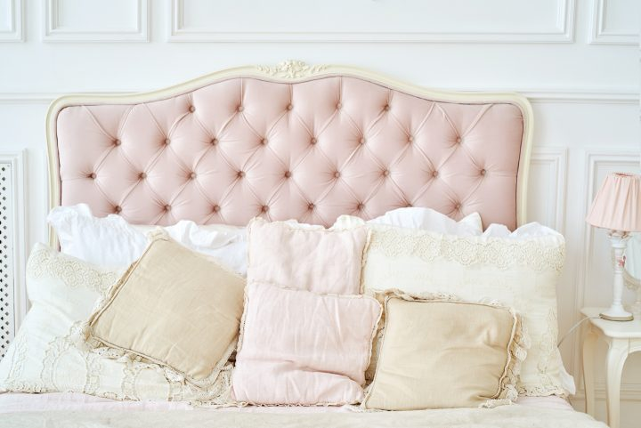 Pink and white headboard behind cushions on the bed ©mirage_studio - stock.adobe.com