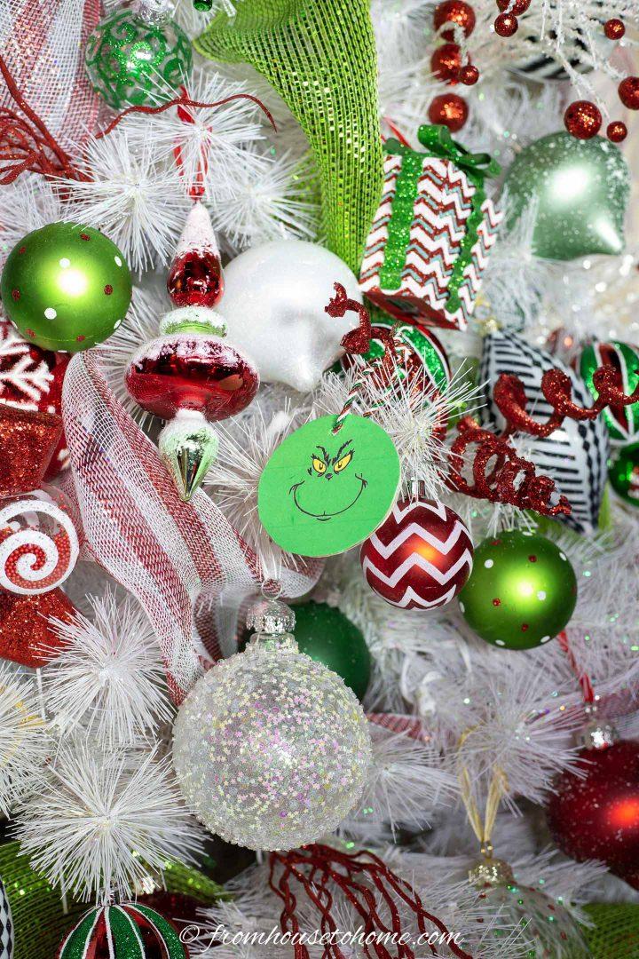 Faça você mesmo o enfeite de Natal com rosto de Grinch pendurado em uma árvore