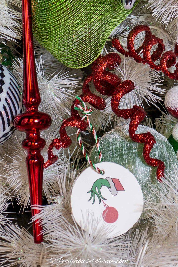 DIY Grinch mão enfeite de Natal pendurado em uma árvore de Natal