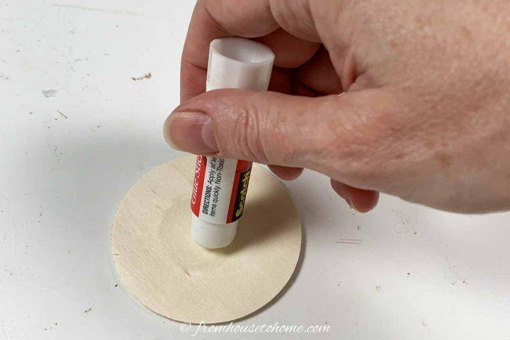 Como adicionar cola ao círculo de madeira