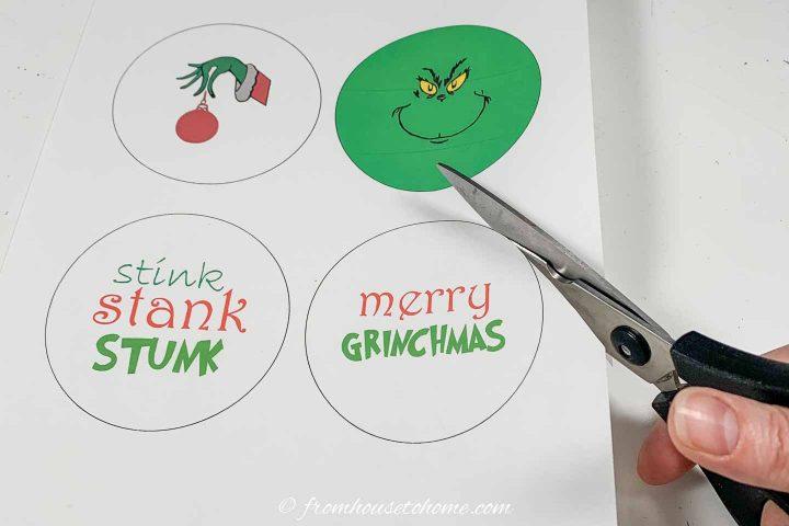 Como cortar as imagens Grinch imprimíveis para os enfeites de Natal