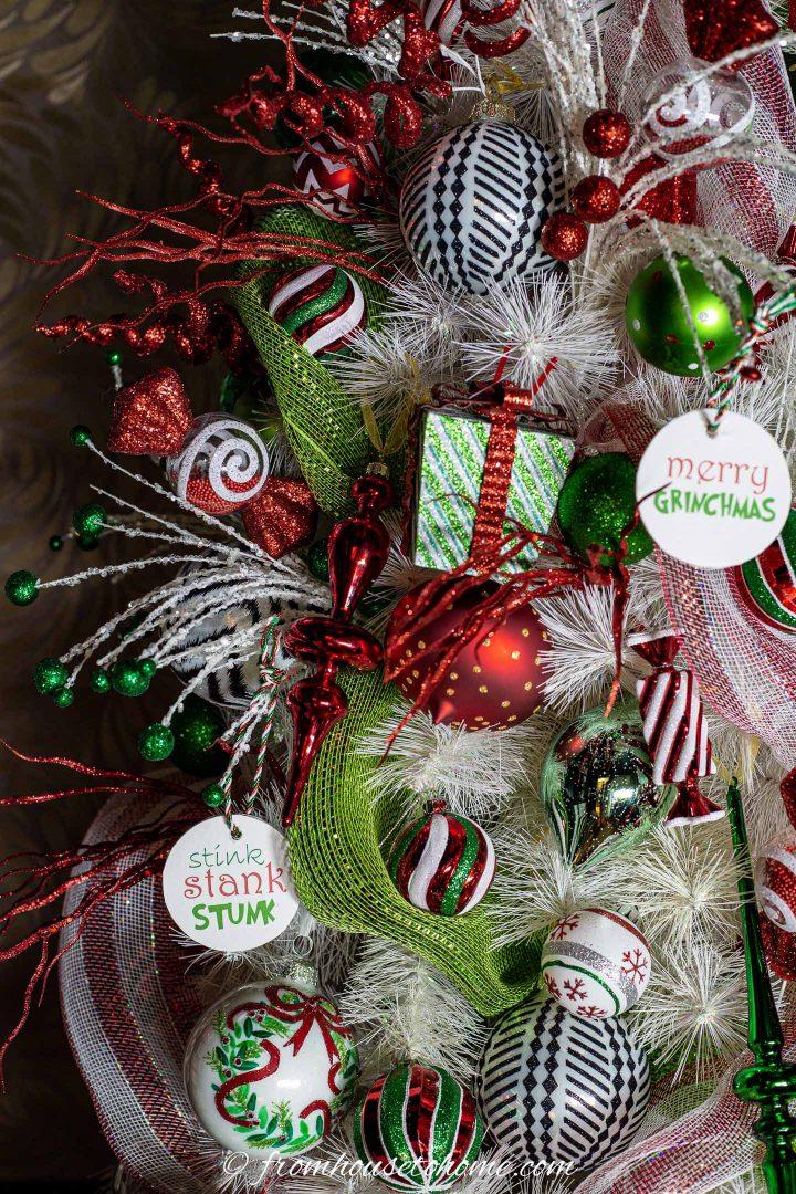 Citação de DIY Grinch enfeites de Natal pendurados na árvore de Natal