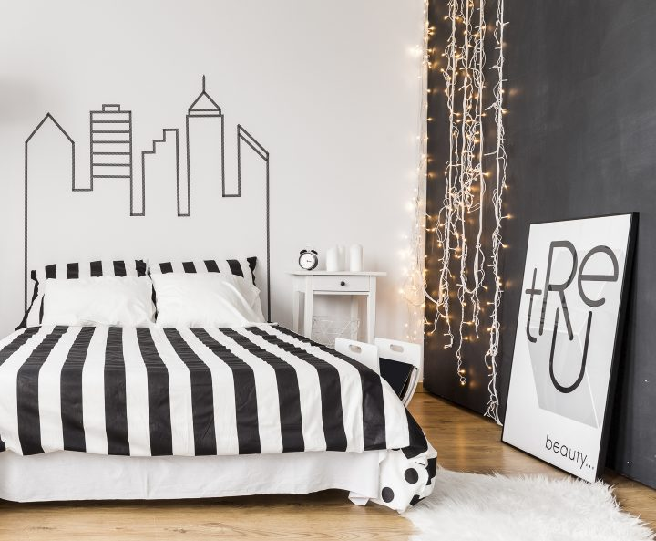 Black accent wall in a black and white bedroom ©Photographee.eu - shutterstock.com