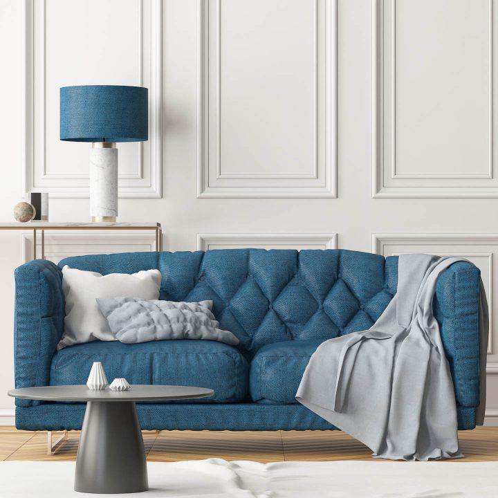 Molduras grandes para quadros instaladas na parede acima de um sofá