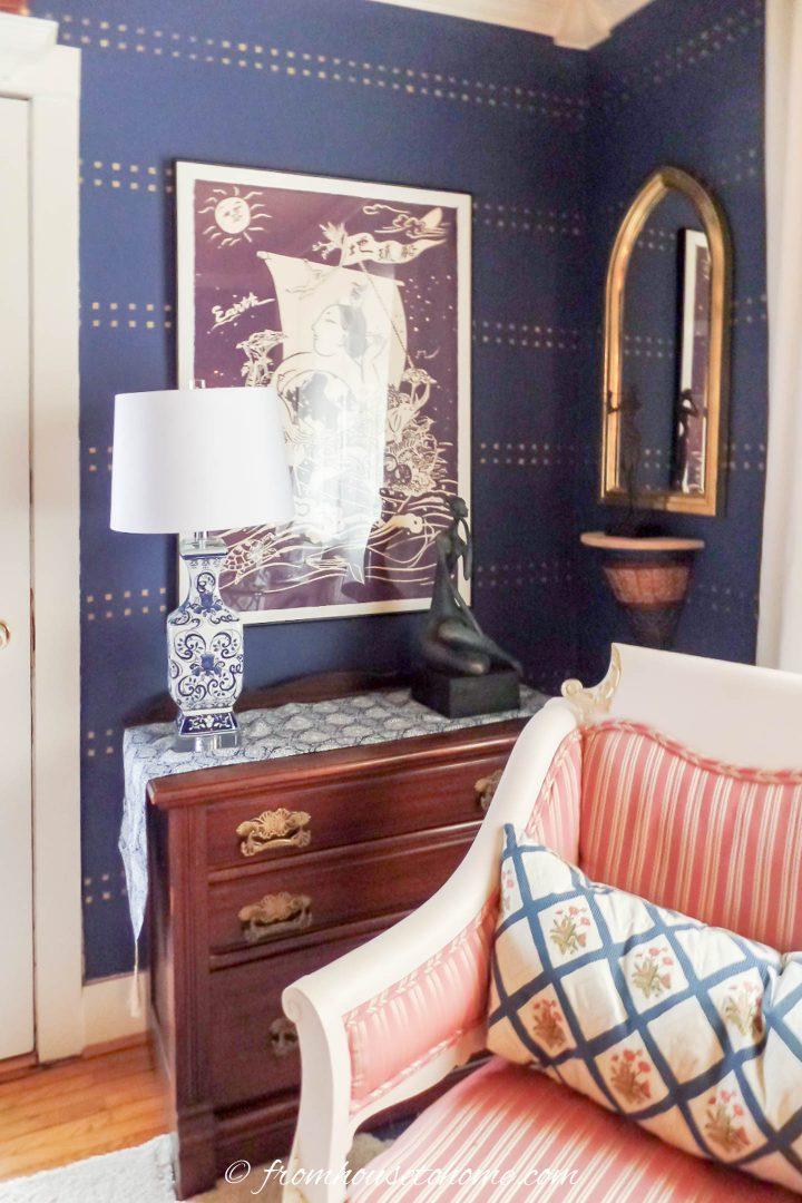 A parede da sala de estar pintada com um estêncil de pontos dourados